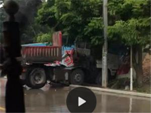突发,揭西京溪园路段,一大型货车疑似雨天路滑,失控撞向路边