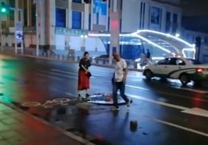 【城事】白城雨夜,有两个人在大街上做了这件事,触动了所有白城人!