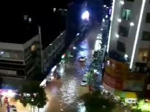 昨夜澳门网上投注游戏暴雨,网友调侃:这座城市还缺少一条船