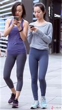 两个穿紧身裤的小姐姐一起出街,紧绷出浑圆曲线,对比产生伤害