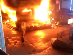 镇雄母享街上发生大火,三个店被烧!热天请注意电路及煤气关紧・・・・