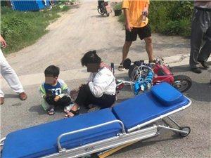 安顺驾校训练场门口面包车与电动车相撞,大人后脑勺撞个口子,脸擦坏了,孩