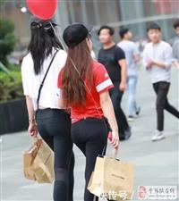 甜美小姐姐短裤搭配露脐装,清纯妩媚,紧身短裤勾勒圆润臀部线条