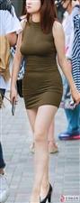 气质小姐姐白色紧身装裹出紧致翘臀,粉红色高跟鞋少女味十足。