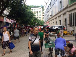 广安区城管执法局浓洄大队开展流动商贩突击整治行动