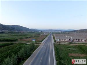 航拍:县城周边的孟寺村这条路像高速,农民的房子洋滴很