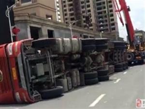 今天中午,一中路口一超大货车侧翻横躺路边