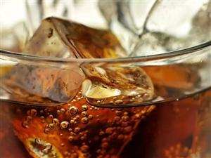 小伙被一瓶可乐炸骨折!喝冷饮的这些危险操作你可能也做过