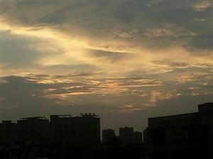 【原创诗歌】黄昏~~~落日醉了/一道道美丽的火烧云/飘浮在西方的夕阳下