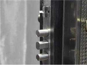指纹锁真比钥匙锁更安全防盗吗?听开锁师傅分析完就知道怎么迭了