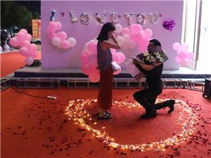 【情感点歌台】今天同事冷同学终于娶了爱情,一首《爱很简单》送给你们.
