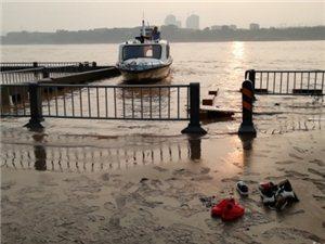 泸州滨江路东门口:5人江边踩水玩 1人落水失踪
