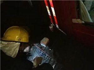 纳溪:货车侧翻压住摩托,消防官兵火速救援