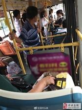 公交车上,如果你看到一个人把东西都放在隔壁座位上你会上前去坐吗?