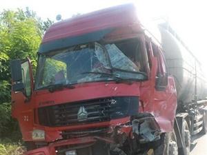 澳门赌博网站丨因刹车不及,水泥罐车与货车相撞司机被困……
