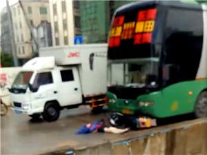 高州长坡圩东岸路口发生一起交通事故,摩托车和大客车发生碰撞!