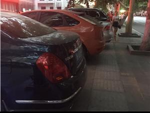 坐标:荆门帝豪国际大酒店。图片:酒店门前大街人行道。情况:停车场占了大半路面。试问:城市步行者