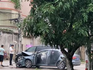 【视频】坪上镇新寮三岔路口发生激烈交通事故,车辆损毁又点大....