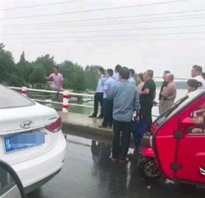 【视频】澳门威尼斯人网站新潢桥一男子跳河,多名警察赶往现场,消防车出动数辆