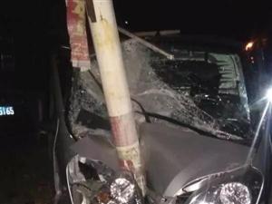 新宁一辆四轮汽车猛撞钢柱,车头撞碎,太惨了!