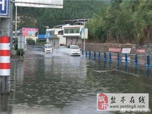 两河场镇溪口桥路段,因强降雨影响,导致该路段路面积水较深