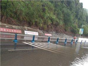 近日盐亭下雨致两河花都大桥附近积水,网友:感谢交警指挥!
