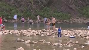 丰都龙河流域游泳现象普遍,遗留众多生活垃圾!相关部门将加强管理!