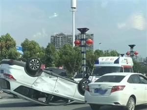 威尼斯人网上娱乐平台车祸,一车四脚朝天