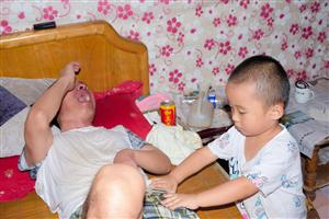 通许县摄影家协会走进特困家庭