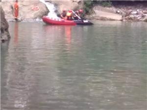 一男子在镇雄县中屯小三峡溺水死亡!疑为救生圈损坏・・・・・・