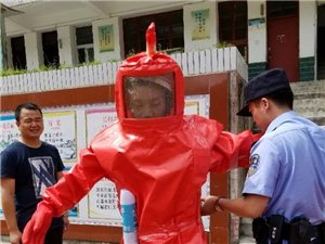 汉中宁强一学校门口两个蜂窝被处理