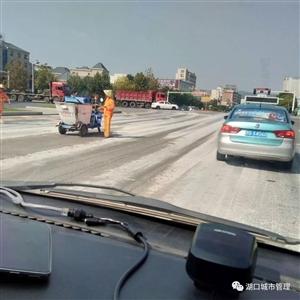 湖口一载有混凝土污染路面,车主被罚200元并自行清理!