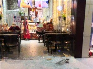 惊吓,化州上街垌一店铺的玻璃门破碎砸伤了一小女孩