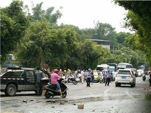 龙马潭区:搅拌车撞上货车尾