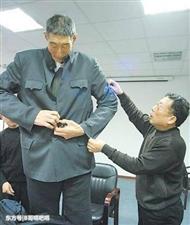 中国第一巨人,56岁与妻子闪婚,比岳父大2岁,医生劝阻其生子
