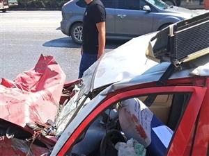 驻马店铜山大道又出车祸,出租车都废了
