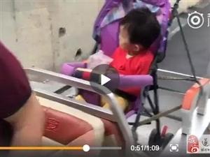 """老人带孩子坐自制""""敞篷跑车"""""""