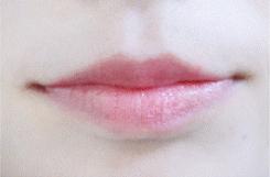 想必很多女生都很喜欢裸妆吧?这款红樱桃口红化的唇妆hin自然
