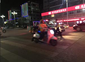 七点左右,四九广场路口发生一起交通事故,一名男子躺在地上...