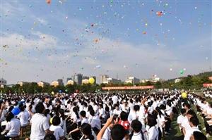 湖口中学千人庆祝教师节,现场放飞气球美爆了!