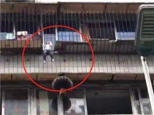 揪心!宜宾西街居民楼上一小孩被卡防护栏,身体悬空,差点掉下来......