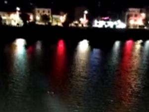 澳门巴黎人投注娱乐河婆河江大桥有一女子落水,消防到场施救!