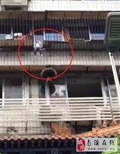 揪心!宜宾一小孩被卡防护栏,身体悬空,差点掉下来......