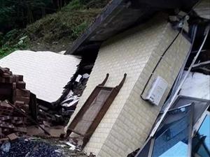 暴雨不断,新宁这户人家新建房屋突遭山体滑坡!全塌!