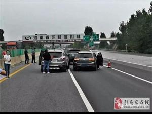 平舆981:司机突然变道,致三车相撞,现场一片狼藉