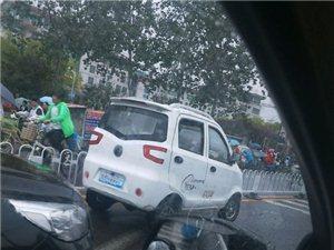 爆料!就算是下雨也不能随便停车吧!几辆电动三轮扰乱了整个交通!!