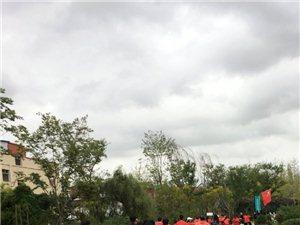 �h中首�鼍G色婚�Y在雨中�M行,80余人�T共享��诬�助力
