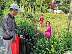 葡京娱乐网址街儿童志愿者到振业里社区捡拾垃圾