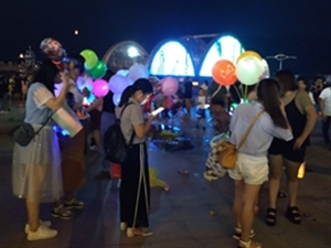 小河婆,中秋节,滨江公园彩虹桥头