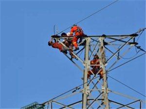 实拍,龙潭一男子爬上高压铁塔顶部,民警消防成功解救